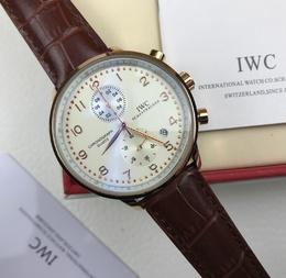 图2_万国IWC葡萄牙系列咖色石英计时手表 表盘直径 41mm 腕表采用的是精钢材质 腕表的表盘则是镀银材质 也带有颗粒性的质感 而表盘上的玫金色钢阿拉伯数字时标 以及蓝钢指针都比较醒目 搭配着小牛皮表带 使腕表具有和谐的时尚感官