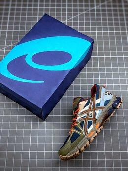 图3_终端放店男鞋真标半码制 透气网眼鞋面配合部分合成革材质 采用全新AHAR 橡胶材质 更加耐磨 日本专业跑鞋品牌 ASICS 亚瑟士 Tiger Gel Kahana 8代户外越野休闲运动跑步鞋尺码 40 40 5 41 5 42 42 5 43 5 44 45轻与简 是ASICS的设计理念 而这款GEL KAHANA 8 越野跑鞋就明显印证了这一观点 它化繁为简 舍去不必要的重量 以每只鞋约一个苹果的重量 轻量出道 至轻至弹 人在长跑的过程中 足弓会越发疲惫 从而导致无力自行支撑 每当跑量越大 所需的支撑保护就越强 这时你就需要GEL KAHANA 8 越野跑鞋提供的长久支撑 它设有DUOMAX双密度防倾斜装置 并且采用SPEVA弹性中底 不仅可以缓解落地时的冲击力 还有较强的反弹了 比普通的EVA高出20 哟 鞋面透气网眼设计 配合部分合成革材质 加强鞋面支撑性 提高了运动舒适性 鞋头采用了圆头设计 增加大拇哥部位在鞋内的空间 从而提供了更宽裕的高度与宽度 增强包裹性 增加了新中底舒适系统 TRUSSTIC中底中足补强构造 为运动时容易扭动的中足提供了强力的安定性 鞋后跟搭载了支撑稳定系统 提升了鞋子整体的支撑力与结构感 大底采用了ASICS研发的更加耐磨的AHAR 橡胶 比传统的橡胶提高约3倍耐磨性 同时粗纹的大底与沟槽纹路的设计 提升了鞋子的抓地性 可以轻松应对各种路况 哪怕是崎岖山路 也能勇敢出发