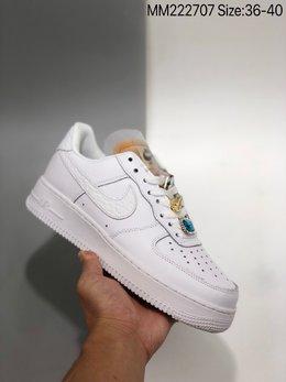 图1_Air Force 1 07 LX White Onyx Bling LF 钻石哔呤空军一号低帮 依然采用了纯白贯穿鞋身 但鞋带上的Bling Bling的宝石装饰格外的新颖 鞋舌是未包边的解构风格 Swoosh 则以丰富的皮革纹理 带来精致又丰富的质感层次 货号 CZ8101 100ZJR 尺码 36 40 MM222707