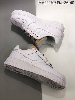 图3_Air Force 1 07 LX White Onyx Bling LF 钻石哔呤空军一号低帮 依然采用了纯白贯穿鞋身 但鞋带上的Bling Bling的宝石装饰格外的新颖 鞋舌是未包边的解构风格 Swoosh 则以丰富的皮革纹理 带来精致又丰富的质感层次 货号 CZ8101 100ZJR 尺码 36 40 MM222707