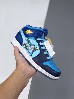 图1_36 40Air Jordan 1 Mid GS Fly 冰蓝鸳鸯 天堂底它带有半透明材料的水晶鞋底 并且采用特殊材料让耐克的LOGO也具有透明感 以涂鸦风格完成的 FLY 的字样印刷在侧面 浅蓝色 深蓝色和黄色对比色色调构成了他的主色调 这双鞋预计在春季会发售 当然 作为MID款货量肯定不小啦 可以说这双鞋是十分的可爱啦货号 BV7446 400码数 36 36 5 37 5 38 38 5 39 40 e6