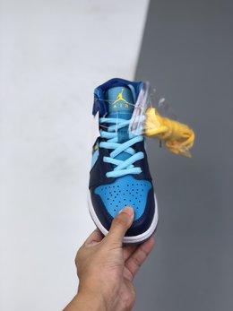 图2_36 40Air Jordan 1 Mid GS Fly 冰蓝鸳鸯 天堂底它带有半透明材料的水晶鞋底 并且采用特殊材料让耐克的LOGO也具有透明感 以涂鸦风格完成的 FLY 的字样印刷在侧面 浅蓝色 深蓝色和黄色对比色色调构成了他的主色调 这双鞋预计在春季会发售 当然 作为MID款货量肯定不小啦 可以说这双鞋是十分的可爱啦货号 BV7446 400码数 36 36 5 37 5 38 38 5 39 40 e6