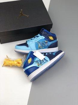 图3_36 40Air Jordan 1 Mid GS Fly 冰蓝鸳鸯 天堂底它带有半透明材料的水晶鞋底 并且采用特殊材料让耐克的LOGO也具有透明感 以涂鸦风格完成的 FLY 的字样印刷在侧面 浅蓝色 深蓝色和黄色对比色色调构成了他的主色调 这双鞋预计在春季会发售 当然 作为MID款货量肯定不小啦 可以说这双鞋是十分的可爱啦货号 BV7446 400码数 36 36 5 37 5 38 38 5 39 40 e6