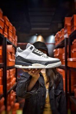 图1_娃娃丢失扣40 KAWS Air Jordan 3 AJ3来自墨尔本的球鞋定制团队 BespokeIND 带来一双定制版本 Air Jordan 3 KAWS 绝对是一双眼球收割机 KAWS 绝对是当下非常热门的 IP 不管是与优衣库的联名还是与 Dior 的合作都有着超高的人气 而本次球鞋定制团队 BespokeIND 同样将 KAWS 融入 Air Jordan 3 中 以此表示致敬 整体设计以 KAWS 经典的 Companion 形象为灵感 这双 Air Jordan 3 换上了灰白的配色方案 并在鞋舌与后跟加入了 KAWS 标志性细节 以此彰显身份 尺码 40 40 5 41 42 42 5 43 44 44 5 45 46 编码 20071 3
