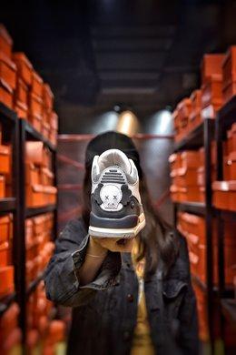 图2_娃娃丢失扣40 KAWS Air Jordan 3 AJ3来自墨尔本的球鞋定制团队 BespokeIND 带来一双定制版本 Air Jordan 3 KAWS 绝对是一双眼球收割机 KAWS 绝对是当下非常热门的 IP 不管是与优衣库的联名还是与 Dior 的合作都有着超高的人气 而本次球鞋定制团队 BespokeIND 同样将 KAWS 融入 Air Jordan 3 中 以此表示致敬 整体设计以 KAWS 经典的 Companion 形象为灵感 这双 Air Jordan 3 换上了灰白的配色方案 并在鞋舌与后跟加入了 KAWS 标志性细节 以此彰显身份 尺码 40 40 5 41 42 42 5 43 44 44 5 45 46 编码 20071 3
