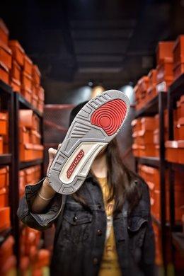 图3_娃娃丢失扣40 KAWS Air Jordan 3 AJ3来自墨尔本的球鞋定制团队 BespokeIND 带来一双定制版本 Air Jordan 3 KAWS 绝对是一双眼球收割机 KAWS 绝对是当下非常热门的 IP 不管是与优衣库的联名还是与 Dior 的合作都有着超高的人气 而本次球鞋定制团队 BespokeIND 同样将 KAWS 融入 Air Jordan 3 中 以此表示致敬 整体设计以 KAWS 经典的 Companion 形象为灵感 这双 Air Jordan 3 换上了灰白的配色方案 并在鞋舌与后跟加入了 KAWS 标志性细节 以此彰显身份 尺码 40 40 5 41 42 42 5 43 44 44 5 45 46 编码 20071 3