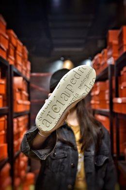 图3_公司级 Pedro Garcia西班牙小众 新款官网同步 鞋面采用原单进口真丝编织面料 只有真丝才做到这种纯手工撕边的效果 平常的绸缎沙丁布根本做不出来 再搭配上进口高丝光牛反绒 体现出Pedro Garcia自由 随意 内里 垫脚采用进口高丝光牛反绒 模具成型大底 垫脚PU 整体鞋子舒适度超软超轻 码数 35 36 37 38 39编码 200180 2