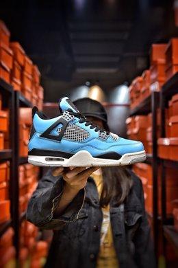 图1_Air Jordan 4 University Blue AJ4北卡蓝蓝色为这双鞋子的主题颜色 加上部分黑色细节的加持 这两个颜色的组合也是AJ系列中经常使用的 但也正因为是这样 这双鞋子也不会给人太惊艳或者说是新奇的感觉 中底部分在图片上来看采用了两种不同的颜色 前半部分以白色为主 后面的气垫部分则是灰色 货号 308497 118尺码 36 36 5 37 38 38 5 39 40 40 5 41 42 42 5 43 44 44 5 45 编码 200180 2