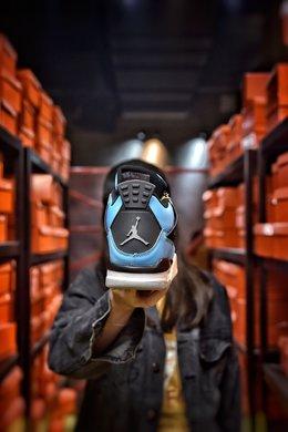 图2_Air Jordan 4 University Blue AJ4北卡蓝蓝色为这双鞋子的主题颜色 加上部分黑色细节的加持 这两个颜色的组合也是AJ系列中经常使用的 但也正因为是这样 这双鞋子也不会给人太惊艳或者说是新奇的感觉 中底部分在图片上来看采用了两种不同的颜色 前半部分以白色为主 后面的气垫部分则是灰色 货号 308497 118尺码 36 36 5 37 38 38 5 39 40 40 5 41 42 42 5 43 44 44 5 45 编码 200180 2