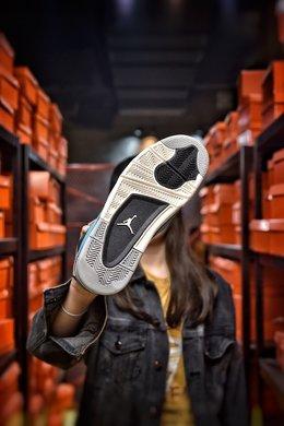 图3_Air Jordan 4 University Blue AJ4北卡蓝蓝色为这双鞋子的主题颜色 加上部分黑色细节的加持 这两个颜色的组合也是AJ系列中经常使用的 但也正因为是这样 这双鞋子也不会给人太惊艳或者说是新奇的感觉 中底部分在图片上来看采用了两种不同的颜色 前半部分以白色为主 后面的气垫部分则是灰色 货号 308497 118尺码 36 36 5 37 38 38 5 39 40 40 5 41 42 42 5 43 44 44 5 45 编码 200180 2