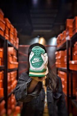 图2_公司级 Air Jordan 4 Pine Green AJ4鞋款整体搭配颜色选择了以白绿灰三色为鞋款设计搭配颜色 以鞋带扣 鞋舌处飞人Logo 后掌 Air 气垫处以及鞋款后跟等多处绿色点缀在纯白色的鞋身上 为鞋款增添了不少的清新感 而此次更新的鞋款渲染图与此前曾报道的渲染图有所不同 此次渲染图中多了鞋款鞋头处灰色的挡泥板以及更多的绿色出现在鞋款鞋身上 货号 CK6630 100尺码 36 36 5 37 38 38 5 39 40 40 5 41 42 42 5 43 44 44 5 45 编码 200180 2