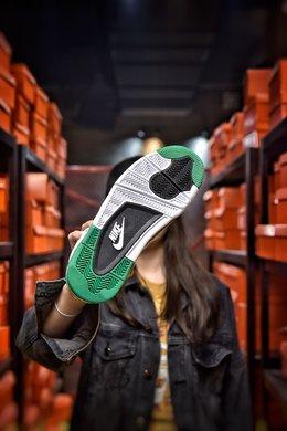 图3_公司级 Air Jordan 4 Pine Green AJ4鞋款整体搭配颜色选择了以白绿灰三色为鞋款设计搭配颜色 以鞋带扣 鞋舌处飞人Logo 后掌 Air 气垫处以及鞋款后跟等多处绿色点缀在纯白色的鞋身上 为鞋款增添了不少的清新感 而此次更新的鞋款渲染图与此前曾报道的渲染图有所不同 此次渲染图中多了鞋款鞋头处灰色的挡泥板以及更多的绿色出现在鞋款鞋身上 货号 CK6630 100尺码 36 36 5 37 38 38 5 39 40 40 5 41 42 42 5 43 44 44 5 45 编码 200180 2