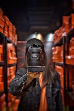 图2_Air Jordan 1 Mid AJ1中帮系列 全黑 全头层皮料 诠释市面最高工艺用料扎实 精雕细琢 鞋型极致 细节如图 飞翼3D打印改良 深度立体 四线中底拉帮皮料选材 钢印 背胶一应俱全 全新批次 原装原模大底全鞋原厂定制皮料 手感细腻正确折边工艺 完美细节诠释 货号 554724 091尺码 40 40 5 41 42 42 5 43 44 44 5 45 46编码 20097 2
