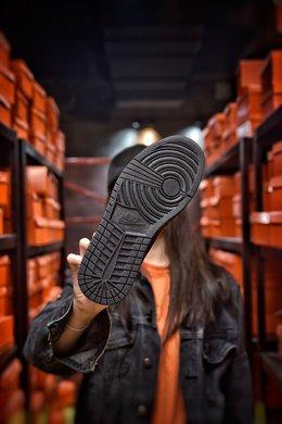 图3_Air Jordan 1 Mid AJ1中帮系列 全黑 全头层皮料 诠释市面最高工艺用料扎实 精雕细琢 鞋型极致 细节如图 飞翼3D打印改良 深度立体 四线中底拉帮皮料选材 钢印 背胶一应俱全 全新批次 原装原模大底全鞋原厂定制皮料 手感细腻正确折边工艺 完美细节诠释 货号 554724 091尺码 40 40 5 41 42 42 5 43 44 44 5 45 46编码 20097 2