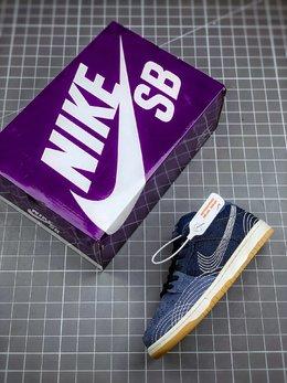 图3_终端放店Nike SB Dunk Low Pro PRM Denim Gum 单宁牛仔浅蓝色与深蓝色相结合的牛仔鞋身设计 搭配由6条白色缝线构成的SWOOSHV设计非常有特色 整体呈现非常别致的感觉 货号 CV0316 400码数 40 40 5 41 42 42 5 43 44 44 5 45