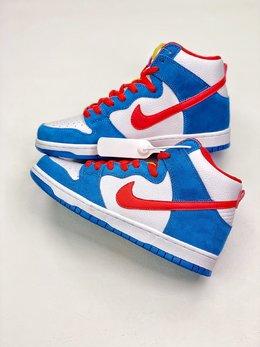 图2_终端放店NIKE SB Dunk High Doraemon 机器猫主题配色选用了SB Dunk High的高帮鞋型 蓝白红的经典色调和谐呈现 让这双鞋既有清爽的百搭效果 又有醒目的反差色调 鞋舌以亮眼的黄标画龙点睛 蓝色麂皮和白色荔枝皮革的组合 也颇具质感 货号 CI2692 400 SIZE 36 46