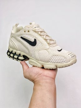 图1_支持放店Stussy x Nike Air Zoom Spiridon Cage 2 重磅联名 完美还原细节 与正品无任何差异 采用不同密度的穿孔织物面料构建鞋身 后跟可视化 Zoom Air 搭配 Cage 框架 也是这双鞋名称中 Caged 的含义所在 厚度充足带来明显的缓震效果没有了 Stussy 联名的独特材质和全身 3M 反光效果 但依然有着浓厚的 OG 经典气质 SIZE 36 45