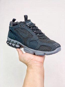 图2_支持放店Stussy x Nike Air Zoom Spiridon Cage 2 重磅联名 完美还原细节 与正品无任何差异 采用不同密度的穿孔织物面料构建鞋身 后跟可视化 Zoom Air 搭配 Cage 框架 也是这双鞋名称中 Caged 的含义所在 厚度充足带来明显的缓震效果没有了 Stussy 联名的独特材质和全身 3M 反光效果 但依然有着浓厚的 OG 经典气质 SIZE 36 45