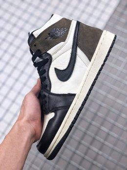 图1_Air Jordan 1 Dark Mocha 小倒钩整双鞋的配色设计以超高人气的黑脚趾 Air Jordan 1 为基础 在白色鞋面上加入黑色鞋身框架勾勒 黑色 Swoosh Logo 装饰侧身 尺码 36 45货号 555088 105