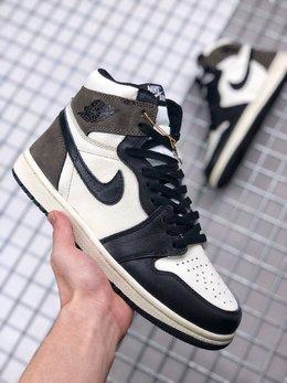 图3_Air Jordan 1 Dark Mocha 小倒钩整双鞋的配色设计以超高人气的黑脚趾 Air Jordan 1 为基础 在白色鞋面上加入黑色鞋身框架勾勒 黑色 Swoosh Logo 装饰侧身 尺码 36 45货号 555088 105
