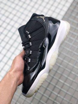 图1_Air Jordan 11 Silver Eyelets 大魔王2 0整双鞋以黑色为主调 黑色的大漆皮搭配尼龙鞋面 白色的中底加上乳白色水晶外底 与当年的那双大魔王 Air Jordan 11 相似度极高 最大的亮点在于鞋带孔部位配有 JORDAN 字样点缀 这个设计之前只出现在 DMP 套装中的那双小金人 Air Jordan 11 上 后跟的 Jumpman Logo 似乎是以银色金属打造 尺码 36 45货号 CT8012 011