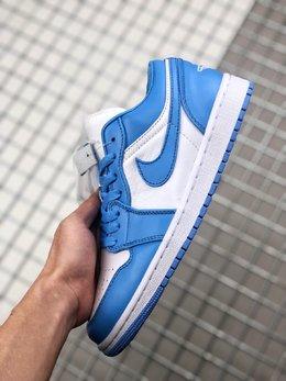 图1_BA升级版Air Jordan 1 Low UNC 北卡蓝鞋带位置带有 23 标扣 白底蓝色刺绣 Jumpman Logo 后跟还带有刺绣样式的飞翼标志 整体风格很是讨巧 上脚效果应该也会非常不错 货号 AO9944 441SIZE 36 46