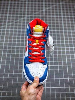 图2_核心主推NK SB Dunk High Doraemon 机器猫主题配色选用了SB Dunk High的高帮鞋型 蓝白红的经典色调和谐呈现 让这双鞋既有清爽的百搭效果 又有醒目的反差色调 鞋舌以亮眼的黄标画龙点睛 蓝色麂皮和白色荔枝皮革的组合 也颇具质感 官方货号 CI2692 400尺码 36 36 5 37 5 38 38 5 39 40 40 5 41 42 42 42 5 43 44 44 5 45 46