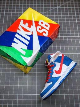 图3_核心主推NK SB Dunk High Doraemon 机器猫主题配色选用了SB Dunk High的高帮鞋型 蓝白红的经典色调和谐呈现 让这双鞋既有清爽的百搭效果 又有醒目的反差色调 鞋舌以亮眼的黄标画龙点睛 蓝色麂皮和白色荔枝皮革的组合 也颇具质感 官方货号 CI2692 400尺码 36 36 5 37 5 38 38 5 39 40 40 5 41 42 42 42 5 43 44 44 5 45 46