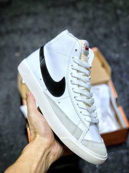 图1_原装公司级 Nike Blazer Mid 77 VNTG QS 开拓者高帮奶油白黑大勾复古板鞋 后跟Logo上加入玩味泼墨元素 细节满满 上脚百搭 尺码 36 36 5 37 5 38 38 5 39 40 40 5 41 42 42 5 43 44