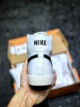 图3_原装公司级 Nike Blazer Mid 77 VNTG QS 开拓者高帮奶油白黑大勾复古板鞋 后跟Logo上加入玩味泼墨元素 细节满满 上脚百搭 尺码 36 36 5 37 5 38 38 5 39 40 40 5 41 42 42 5 43 44