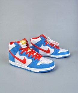图1_终端放店NK SB Dunk High Doraemon 机器猫主题配色选用了SB Dunk High的高帮鞋型 蓝白红的经典色调和谐呈现 让这双鞋既有清爽的百搭效果 又有醒目的反差色调 鞋舌以亮眼的黄标画龙点睛 蓝色麂皮和白色荔枝皮革的组合 也颇具质感 官方货号CI2692 400Y尺码 36 36 5 37 5 38 38 5 39 40 40 5 41 42 42 42 5 43 44 44 5 45 46
