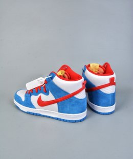 图2_终端放店NK SB Dunk High Doraemon 机器猫主题配色选用了SB Dunk High的高帮鞋型 蓝白红的经典色调和谐呈现 让这双鞋既有清爽的百搭效果 又有醒目的反差色调 鞋舌以亮眼的黄标画龙点睛 蓝色麂皮和白色荔枝皮革的组合 也颇具质感 官方货号CI2692 400Y尺码 36 36 5 37 5 38 38 5 39 40 40 5 41 42 42 42 5 43 44 44 5 45 46