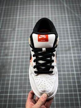 图2_纯原 Nike SB Dunk Low Raygun 低帮系列休闲气垫板鞋 外星人刺绣 加厚鞋舌的填充 使舒适性大大提升 同时也更方便穿脱 中底部分则加入了脚感柔软舒适Zoom Air气垫 有效吸收滑板等极限运动在落地时带来的冲击力 为街头运动者们提供更好的保护 货号 BQ6832 101尺码 36 36 5 37 5 38 38 5 39 40 40 5 41 42 42 5 43 44 44 5 45