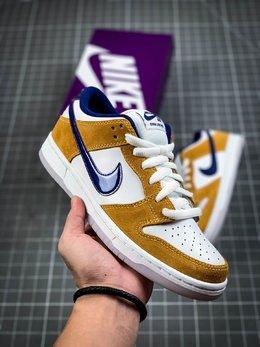 图1_官方同步发售 吊打市面版本 可对比可伤害Nike SB Dunk Low Laser Orange湖人紫金配色 纯原市场最优 货号 BQ6817 800这款低帮配色上与湖人球队的配色十分相近 同时融入乳白色的配色也让鞋身整体更为柔和 搭配的另外一副紫色鞋带 也令人更加期待上脚效果 水晶大底也让鞋身整体增添一份复古感觉 紫金配色作为湖人球队的专属配色 其鲜明的视觉效果为人熟知 Size 36 36 5 37 5 38 38 5 39 40 40 5 41 42 42 5 43 44 44 5 45