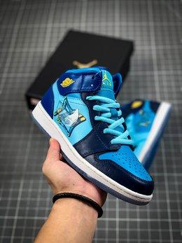 图1_核心主推Air Jordan 1 Mid GS Fly 冰蓝鸳鸯 天堂底它带有半透明材料的水晶鞋底 并且采用特殊材料让耐克的LOGO也具有透明感 以涂鸦风格完成的 FLY 的字样印刷在侧面 浅蓝色 深蓝色和黄色对比色色调构成了他的主色调 这双鞋预计在春季会发售 当然 作为MID款货量肯定不小啦 可以说这双鞋是十分的可爱啦货号 BV7446 400尺码 36 36 5 37 5 38 38 5 39 40