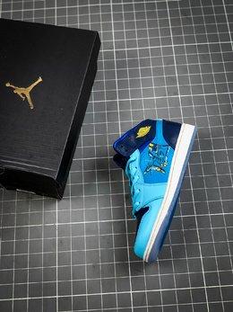 图3_核心主推Air Jordan 1 Mid GS Fly 冰蓝鸳鸯 天堂底它带有半透明材料的水晶鞋底 并且采用特殊材料让耐克的LOGO也具有透明感 以涂鸦风格完成的 FLY 的字样印刷在侧面 浅蓝色 深蓝色和黄色对比色色调构成了他的主色调 这双鞋预计在春季会发售 当然 作为MID款货量肯定不小啦 可以说这双鞋是十分的可爱啦货号 BV7446 400尺码 36 36 5 37 5 38 38 5 39 40