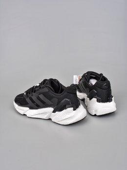 图2_终端放店GET版 Adidas Boost X9000L4全新99系列复古爆米花跑鞋 整体造型极具速度感 与 Adidas ZX 系列相似的硬挺廓形 鞋面以织面材质 搭配热固橡胶装饰 三角形贴面让鞋身呈现出满满的科技感与力量感 中底以夸张的前后掌厚度差呈现 锯齿状廓形 后跟向外大幅延伸 设计非常拉风 另外 这双鞋的外底花纹构成也非常独特 致密的小方格纹深浅不一 前掌外沿还配有特殊处理的稳固模块 搭配 Boost 中底材质官方货号 S23669DD尺码 36 36 5 37 38 38 5 39 40 40 5 41 42 42 5 43 44 45
